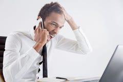 Gritaria masculina furioso no telefone imagens de stock
