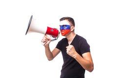 Grite no fan de futebol do russo do megafone no apoio do jogo da equipa nacional de Rússia Imagens de Stock Royalty Free