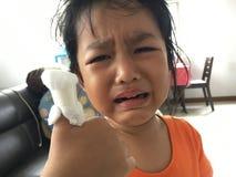 Griterío asiático de la muchacha del niño Foto de archivo libre de regalías