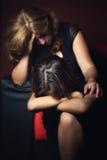 Griterío del adolescente y su madre preocupante Imagen de archivo libre de regalías