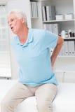 Griterío del hombre mayor debido al dolor de espalda Imagen de archivo libre de regalías
