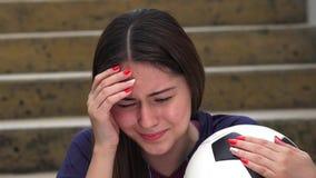 Griterío femenino adolescente atlético del jugador de fútbol almacen de video