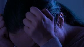 Griterío femenino joven desamparado sobre la escuela que tiraniza, trauma psicológico metrajes