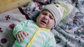 Griterío recién nacido del bebé almacen de metraje de vídeo