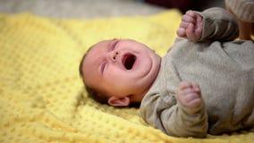 Griterío recién nacido desamparado, problema infantil del estreñimiento, atención sanitaria del bebé, cólico imagenes de archivo