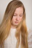 Griterío rubio triste joven de la muchacha Foto de archivo libre de regalías