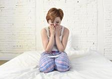 Griterío triste joven de la mujer frustrado después de comprobar la prueba de embarazo negativa o positiva foto de archivo