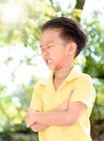 Griterío y rasgones del muchacho Imagenes de archivo