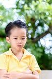Griterío y rasgones del muchacho Foto de archivo libre de regalías
