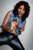 Griterío de la muchacha del micrófono Foto de archivo libre de regalías