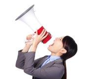 Griterío enojado de la mujer de negocios en alta voz en un megáfono Imagen de archivo libre de regalías