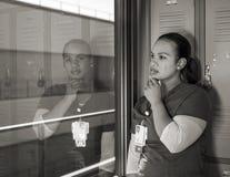 Grito afro-americano triste bonito da enfermeira imagem de stock royalty free