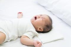 Grito asiático recém-nascido do bebê imagens de stock royalty free