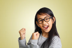 Grito asiático feliz de la muchacha con la alegría de la victoria Foto de archivo