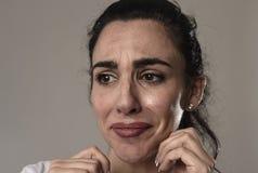 Grito bonito e triste da mulher desesperado e deprimido com os rasgos em seus olhos que sofrem a dor imagem de stock