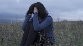 Grito da moça comprimido ao sentar-se no campo, mo lento filme