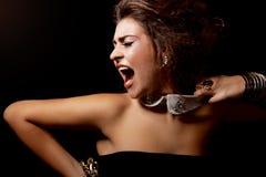 Grito da mulher do encanto para fora ruidosamente foto de stock
