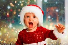 Grito do bebê de Santa para fora ruidosamente para o Natal Foto de Stock Royalty Free