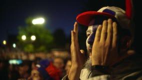 Grito do indivíduo do close up furiously, multidão do contexto do amigo do salto do jogo de futebol da vitória filme