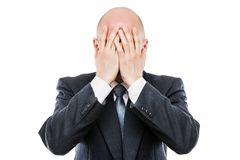 Grito homem de negócios cansado ou forçado na cara escondendo da mão da depressão Fotos de Stock
