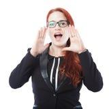 Grito joven de la mujer de negocios con las manos en boca Foto de archivo libre de regalías