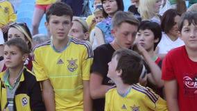 Grito joven de los fanáticos del fútbol que pide el autógrafo de jugadores de fútbol metrajes