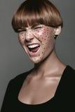 Grito molhado 'sexy' quente da menina com tatuagem no preto Fotografia de Stock Royalty Free