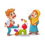 Grito musulmán de la muchacha porque muchacho que la destruye bloques Fotos de archivo