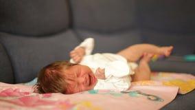 Grito pequeno do bebê video estoque