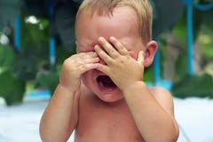 Grito pequeno virado do bebé ao ar livre Fotos de Stock Royalty Free