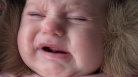 Grito recém-nascido do bebê Emoção autêntica pura 4K ultra HD vídeos de arquivo