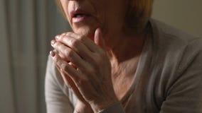 grito Sofrimento-golpeado da mulher incapaz de aceitar a perda de período relativo, difícil filme