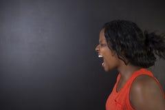 Grito surafricano o afroamericano enojado del profesor de la mujer Imagen de archivo libre de regalías
