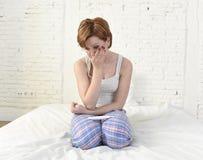 Grito triste novo da mulher frustrado após ter verificado o teste de gravidez negativo ou positivo Imagens de Stock