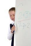 Gritos da menina da escola que estão perto de uma placa Fotos de Stock