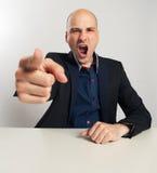 Gritos irritados do homem de negócios e apontar seu dedo em você Fotos de Stock