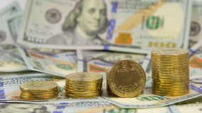 Grivna ucraino di valuta (hryvnia, 1 UAH) sui precedenti di 100 fatture di U.S.A. del dollaro (100 USD) Fotografie Stock