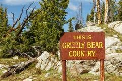 Grizzly niedźwiedzia kraju znaka góry zdjęcia stock