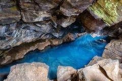Grjotagja grotta i Island med varmt förbluffa blått vatten för termisk vår, liten lavagrotta royaltyfria foton