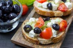 Grka stylowy crostini z feta serem, pomidory, ogórek, oliwki, ziele Obrazy Stock