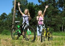 Grls op een fiets Royalty-vrije Stock Afbeeldingen