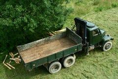 Grön armélastbil från 50-tal som ändras för timmertransport Fotografering för Bildbyråer