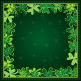 Grön bakgrund med ramen av växt av släktet Trifolium för dag för St Patricks Royaltyfri Foto