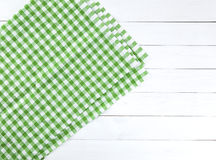 Grön bordduk på den vita wood tabellen Royaltyfri Fotografi