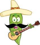 Grön Chili Pepper Cartoon Character With mexicansk hatt och mustasch som spelar en gitarr Arkivbilder