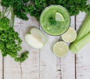 Grön Detoxsmoothie med selleristjälk, guava, limefrukt, grönska Fotografering för Bildbyråer