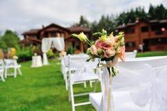Grön gräsmatta för bröllopceremoni Royaltyfria Foton
