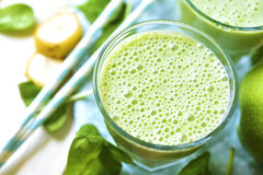Grön smoothie med äpplet, bananen och spenat Arkivfoton