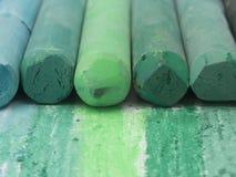 Gröna konstnärliga färgpennor Royaltyfria Foton