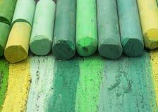 Gröna konstnärliga färgpennor Royaltyfri Foto